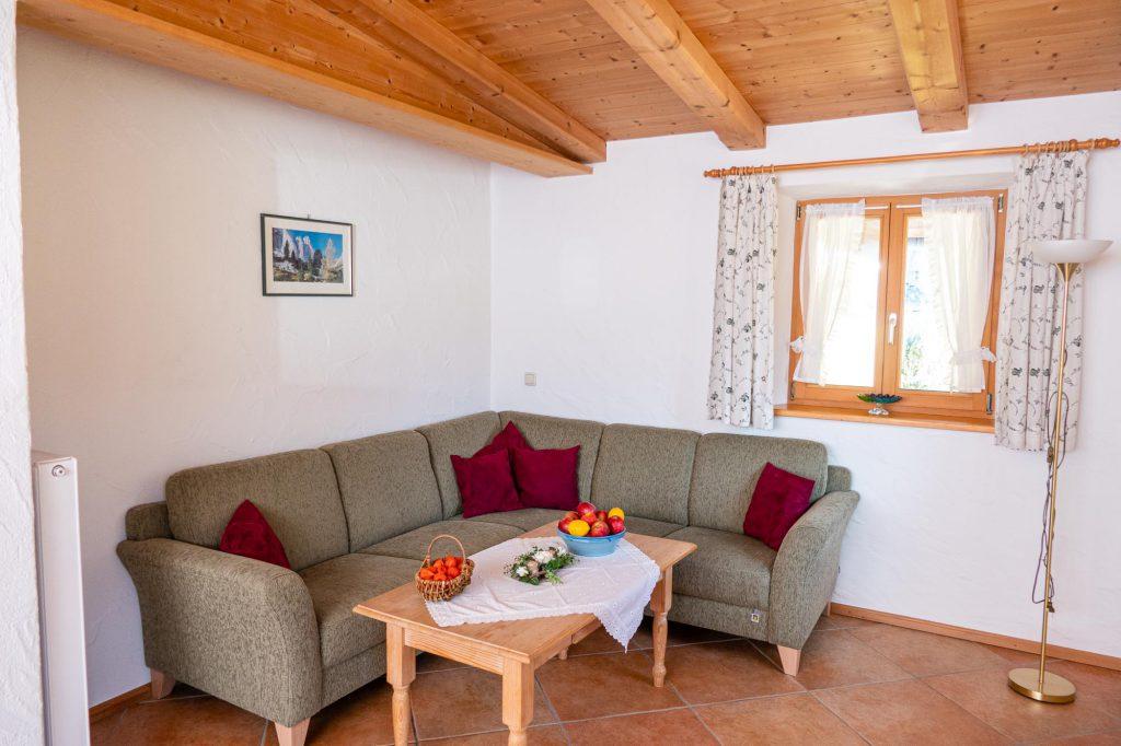 Sofaecke im Wohnzimmer der Ferienwohnung Steiner