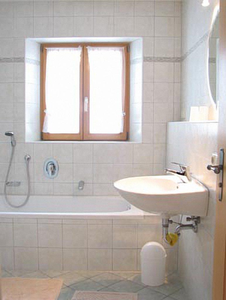 Das Bad mit Wanne und Dusche in der Ferienwohnung Steiner am Wössner See