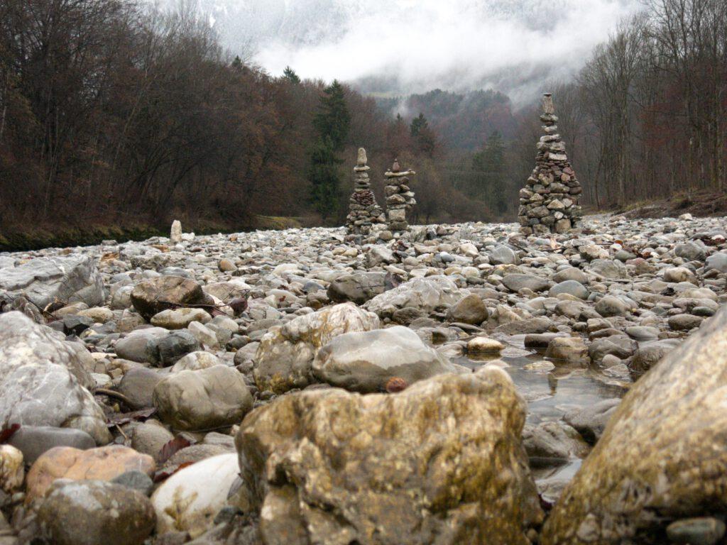 Steinmandl im Flussbett der Tiroler Ache